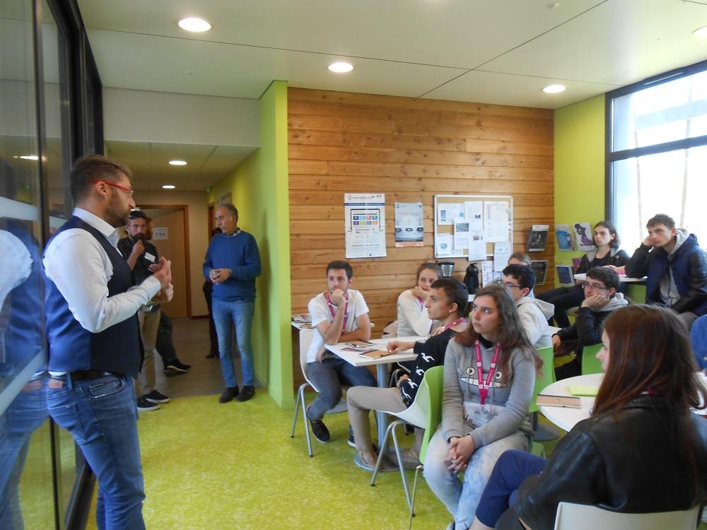 Philippe AZZI échange avec les lycéennes et lycéens de Immersion Sciences 2019. Pépinière des Innovations Quimper.